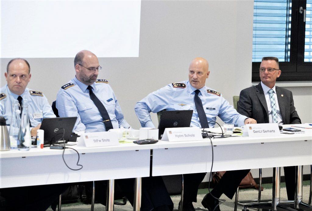 v.l.n.r.: StFw Heiko Stotz, Hptm Michael Scholz, GenLt Ingo Gerhartz, R. Uwe Kraus